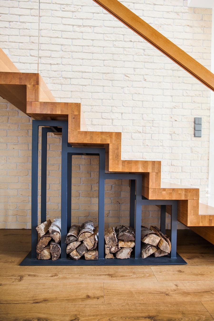 Struttura sotto scale per sistemare la legna per il camino.