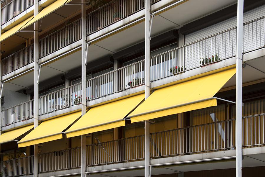 Tende da sole gialle a caduta, soluzione ideale per i balconi.