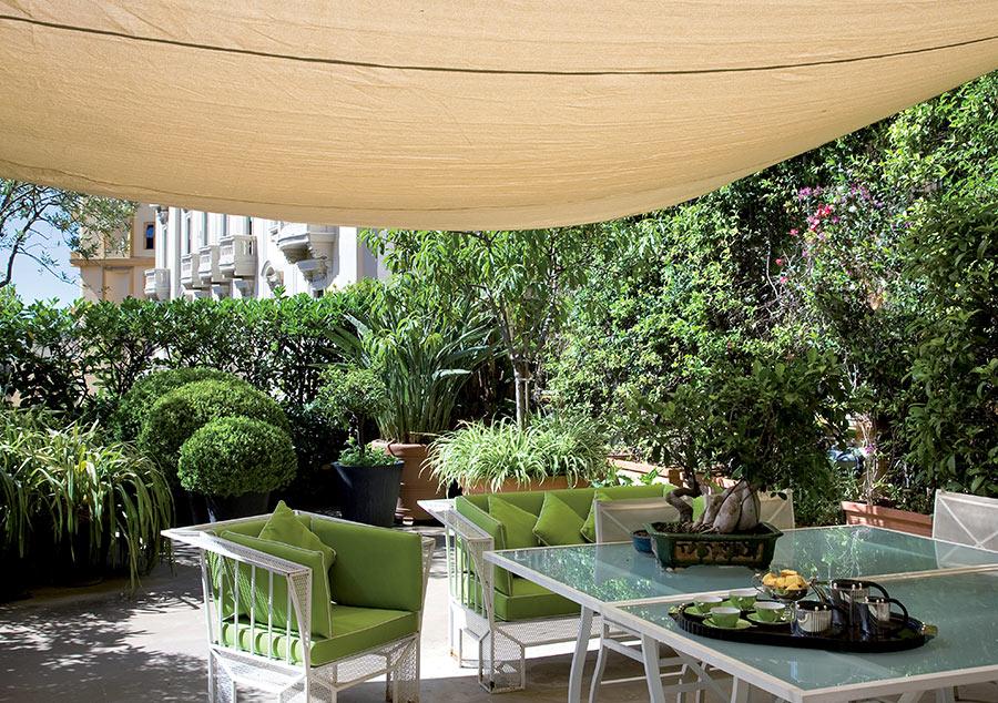 Terrazzo con tendone per esterno beige.