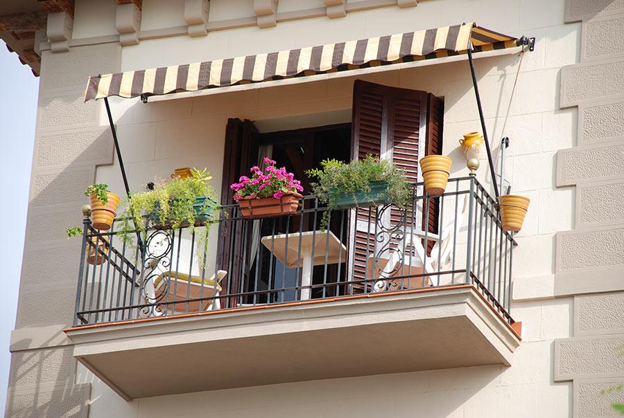 Tende da sole a strisce per balcone piccolo.