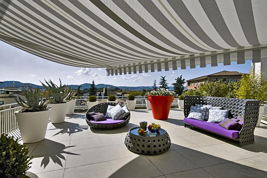 Terrazzo con grande tendone da sole.