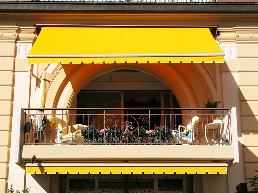 Tende da sole per esterno giallo per il balcone.