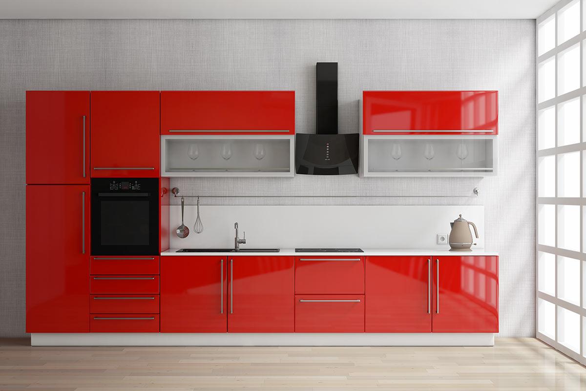 Cucina rossa moderna con cappa nera.