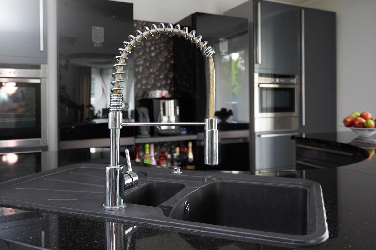 Rubinetto in ottone cucina moderna.