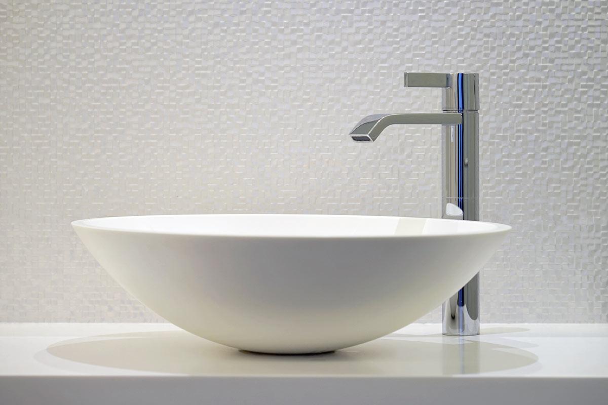 Bagno con rubinetteria di design.