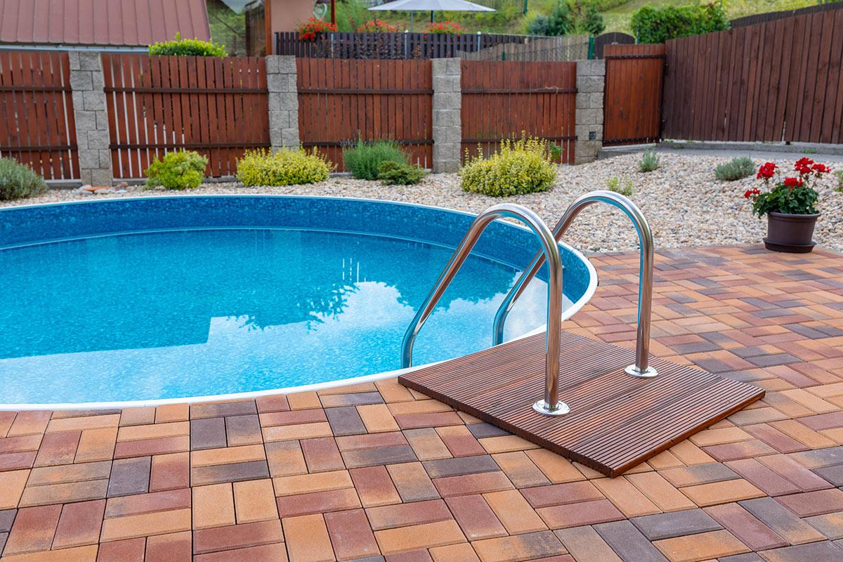 Piccola piscina tondo in acciaio interrata.