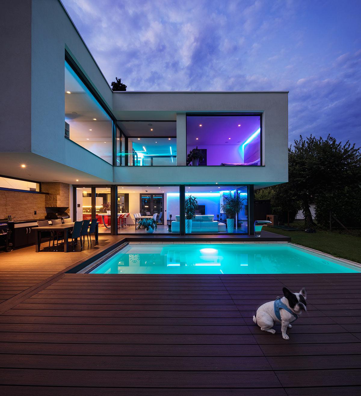 Bellissima casa moderna con illuminazioni a LED e piscina quadrata sul terrazzo.