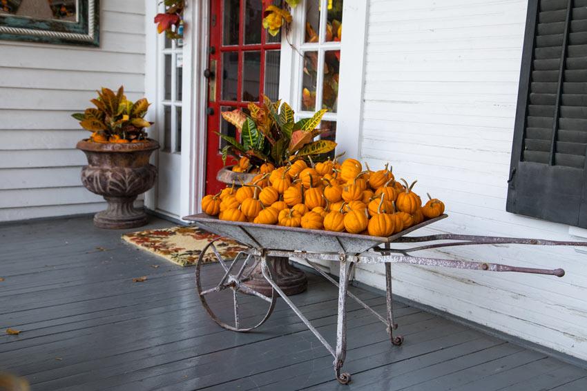 Il portico decorato per l'autunno