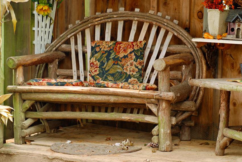 Panchina in legno per arredare il portico in autunno