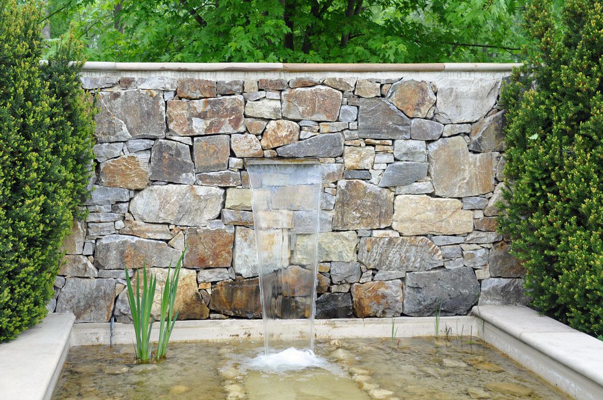 fontana da giardino in pietra