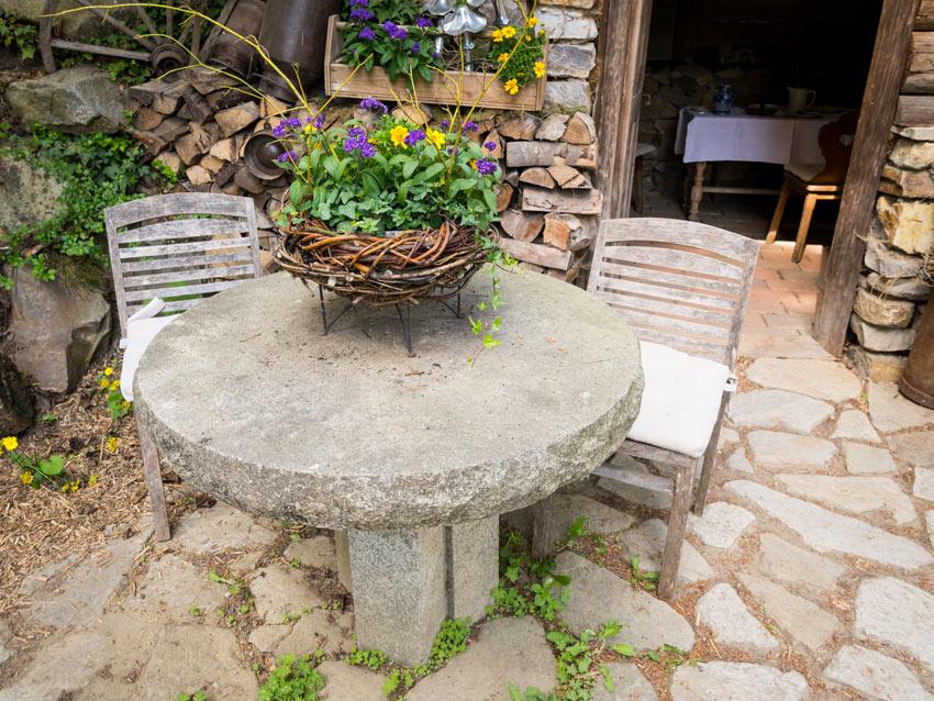 tavolino da giardino in pietra
