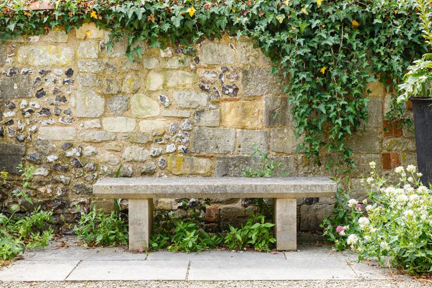 panchina da giardino in pietra